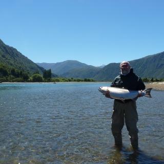Pesca de salmones en el río Puelo
