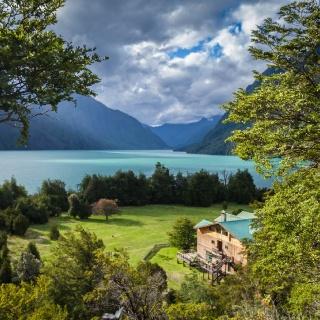 Vista del Lodge y Lago Tagua Tagua desde el Mirador.