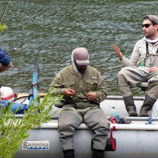 Un descanso para acomodar equipos. Río Aluminé