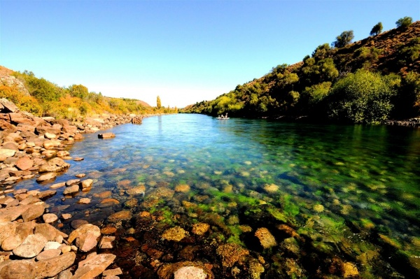 Clear water of the Limay river in <strong>Patagonia</strong> - Fly dreamers