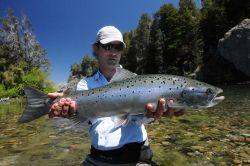Río Traful, pescando con mosca salmón encerrado