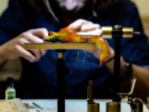 Andreas Andersson es un atador profesional que reside en la ciudad de Uppsala, Suecia. Su manera de atar moscas de pelo de ciervo lo ha llevado a integrar el equipo de atadores eximios de la marca inglesa Partridge of Redditch y también de DeerCreek. Est...