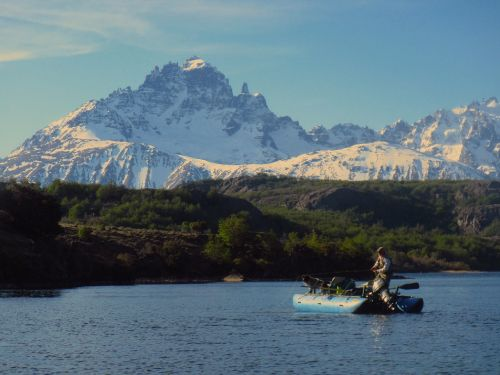Si todavía no han intentado seriamente pescar en los lagos, tal vez sea el mejor momento de hacerlo ya que muchos de nuestros ríos mas apreciados necesitan un merecido descanso.. Por muchos años la pesca con mosca en los lagos se mantuvo como una alter...