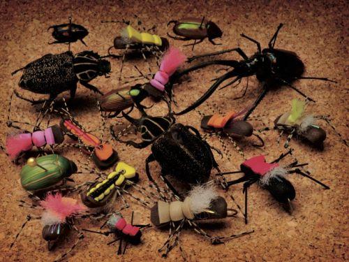 COMO ADAPTAR  LOS ATTRACTORS A DIFERENTES CONDICIONES Y HACER QUE PAREZCAN ALGO VIVO. Curiosamente en los últimos tiempos mi caja de moscas secas cada vez pareciera mejor poblada de las moscas secas que los pescadores de mosca llaman attractors. Fat Albe...
