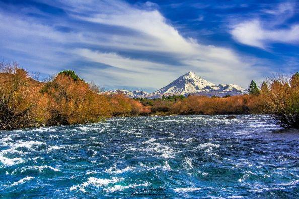 Río Chimehuín y el Volcán Lanin de fondo