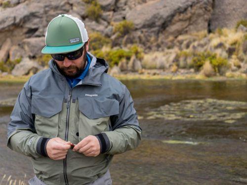 """""""Gabo"""" Benoit es guía de pesca con mosca y mountain bike en Chile. Su trabajo lo ha llevado a ser uno de los embajadores de la reconocida marca Patagonia. Aquí charlamos con él sobre pesca con mosca y también sobre su proyecto Lauca.. Fd: ¿Cómo fuer..."""